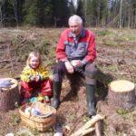 Hedda og bestefar tar en kaffepause i skogplantinga